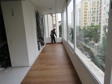 Terraço fechado com piso nivelado à sala